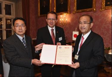 Youichi Ogawa, Vorsitzender der Internationalen Gesellschaft Kurashiki, Bürgermeister Mag. Matthias Stadler und Shozo Kajita, Vorsitzender des Stadtrats von Kurashiki.
