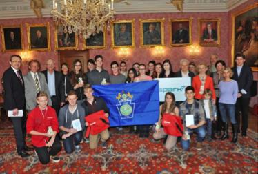 Bürgermeister Mag. Matthias Stadler gab den SchülerInnnen ein kleines Taschengeld und St. Pölten-Taschen auf ihre Reise nach Altoona mit. (Foto: Josef Vorlaufer)